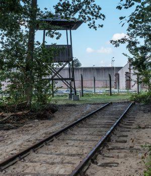 direct naast nationaal monument kamp vught ligt een van drie spoordelen die herinneren aan het spoorlijntje van het vughtse concentratiekamp, over de vughtse heide, naar de lijn den bosch-tilburg.